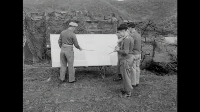 stockvideo's en b-roll-footage met sequence showing general cassels briefing officers during a military offensive in south korea - generaal militaire rang