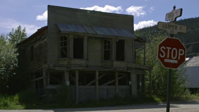 sequence showing historic buildings, some abandoned, associated with the gold rush era in dawson city, yukon territory, canada. - bbc news bildbanksvideor och videomaterial från bakom kulisserna