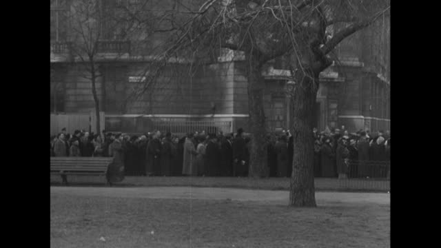 sequence showing huge crowds waiting to view king george vi lying in state at westminster hall. - 正装安置点の映像素材/bロール