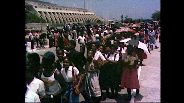 vidéos et rushes de sequence showing jamaican people queuing outside the national arena in kingston jamaica for bob marley's state funeral 1981 - funérailles