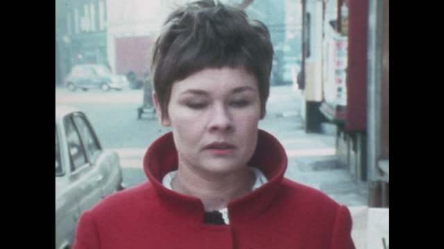 sequence showing judi dench walking along a london street. - ジュディ・デンチ点の映像素材/bロール