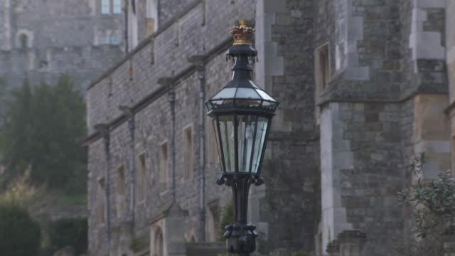 vídeos y material grabado en eventos de stock de sequence showing lamp posts outside windsor castle, windsor, uk. - ornamentado