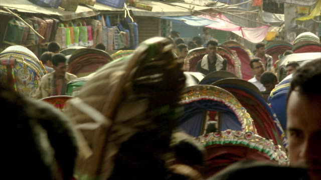 sequence showing life on the busy streets of dhaka, bangladesh. - dhaka stock-videos und b-roll-filmmaterial