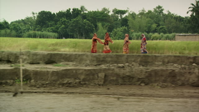 vídeos de stock, filmes e b-roll de sequence showing life on the sheer banks of the river padma (known as the ganges in india), bangladesh. - bangladesh