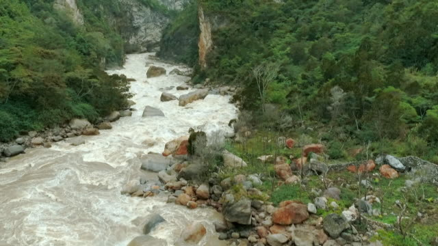 vidéos et rushes de sequence showing low-level aerial and close-up shots of a white water gorge section of the baliem river in papua. - gorge vallées et canyons