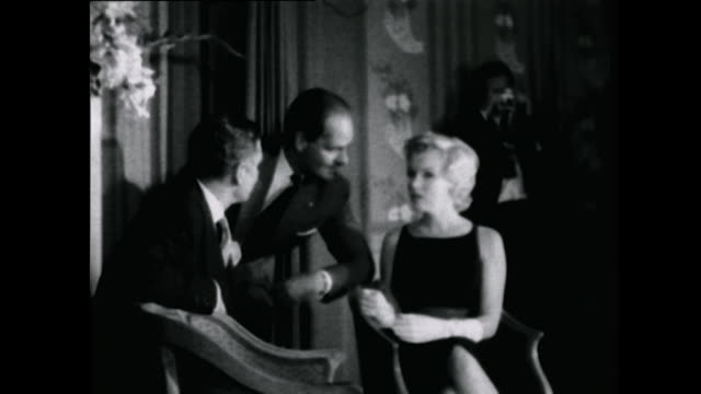 """sequence showing marilyn monroe and laurence olivier at a press conference for their new film, """"the prince and the showgirl."""" - ローレンス オリビエ点の映像素材/bロール"""