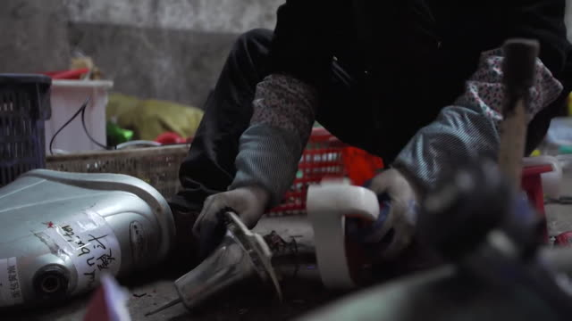 vidéos et rushes de sequence showing materials being broken down at a small-scale business that recycles imported waste, china, december 2017. - équipement audio son vidéo