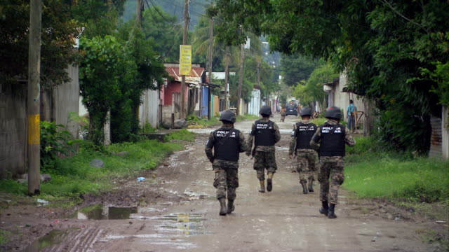 sequence showing military police officers on patrol in the chamelecón, an area affected by high levels of violent crime, in san pedro sula, honduras - 犯罪点の映像素材/bロール