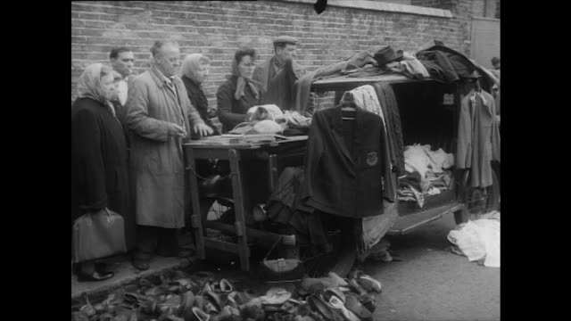 sequence showing people browsing the goods at portobello road market - mercato all'aperto video stock e b–roll