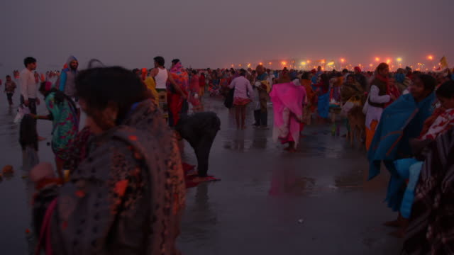 sequence showing people making their way to the shoreline of sagar island where the gangasagar mela is being celebrated, west bengal, india. - wallfahrt stock-videos und b-roll-filmmaterial