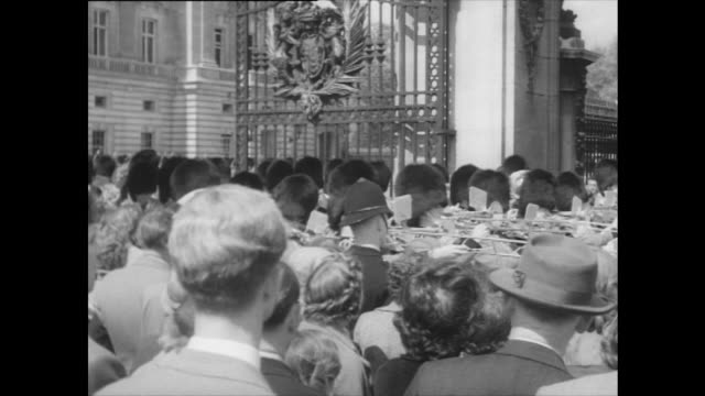 sequence showing people watching trooping the colour at buckingham palace - 1957 stock-videos und b-roll-filmmaterial
