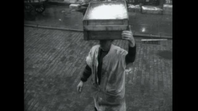 sequence showing porters working at billingsgate market london - イーストロンドン点の映像素材/bロール