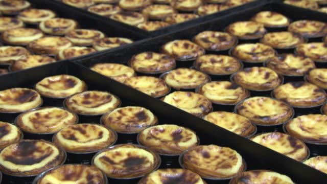 vídeos y material grabado en eventos de stock de sequence showing prepared pastéis de nata in a bakery, lisbon, portugal. - al horno