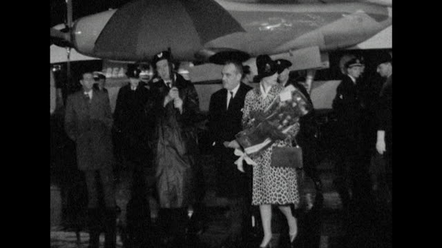 vídeos de stock e filmes b-roll de sequence showing princess grace and prince rainier arriving at london airport - atriz