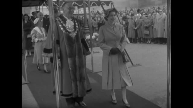 sequence showing queen elizabeth and prince philip leaving islington town hall following an official visit - イズリントン点の映像素材/bロール