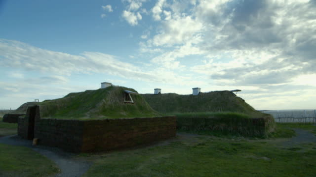 sequence showing reconstructions of viking turf buildings at l'anse aux meadows in newfoundland, canada. - wiederaufbau stock-videos und b-roll-filmmaterial