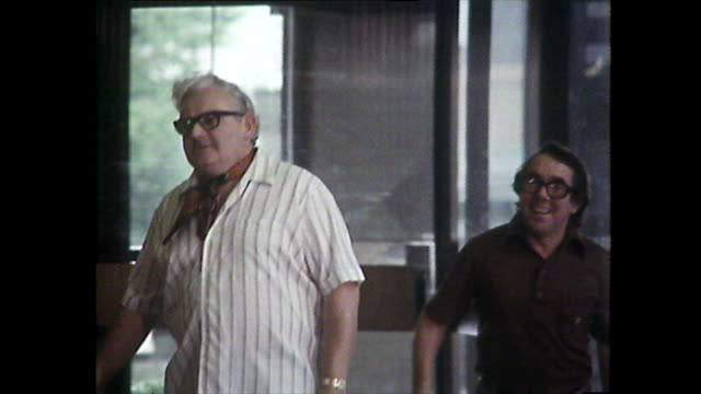 vidéos et rushes de sequence showing ronnie barker and ronnie corbett arriving at bbc television centre in 1976 at the height of their fame. - bbc