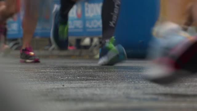 vídeos de stock, filmes e b-roll de sequence showing runners taking part in the berlin marathon september 2017 nnby446r absa627d - maratona