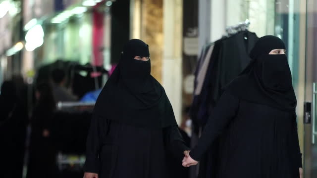 sequence showing saudi women in burqas shopping in riyadh, saudi arabia - サウジアラビア点の映像素材/bロール