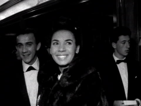 sequence showing shirley bassey hayley mills and tippi hedren at the london premiere of the birds at the odeon leicester square 1963 - odeon kinos stock-videos und b-roll-filmmaterial