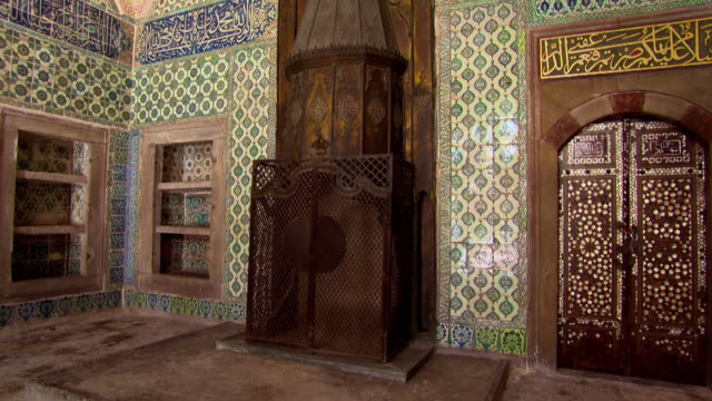 sequence showing some of the beautifully decorated rooms in the imperial harem at topkapi palace in istanbul. - 宮殿点の映像素材/bロール