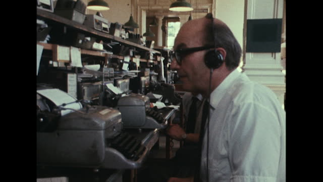 vídeos y material grabado en eventos de stock de sequence showing staff at the bbc's monitoring service listening to radio broadcasts from czechoslovakia on the current russian invasion. - auriculares equipo de música