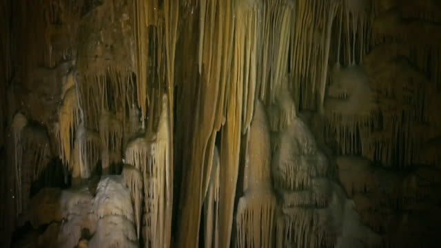 vídeos de stock, filmes e b-roll de sequence showing stalagmites and stalactites in a cave in papua. - stalactite