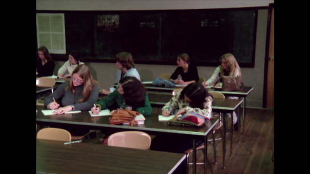 vidéos et rushes de sequence showing teenage girls and boys being taught in a us high school classroom boston 1974 - boston