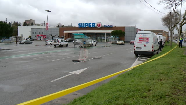 vídeos de stock e filmes b-roll de sequence showing the aftermath at the supermarket where the terrorist attack took place in carcassone france - vendas