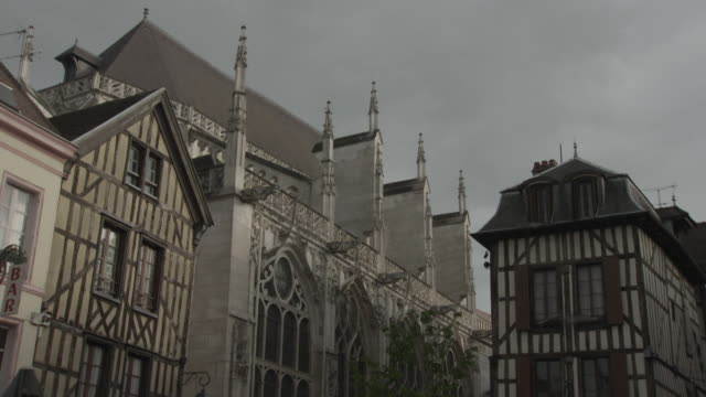sequence showing the basilica of st urbain framed by seventeenth century houses in troyes, france. - 17世紀点の映像素材/bロール