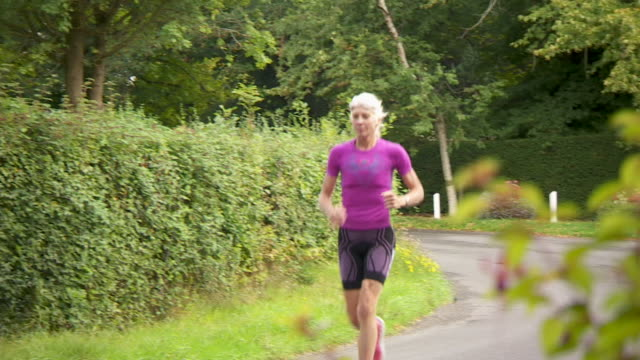 sequence showing the endurance runner mimi anderson as she prepares for a world record attempt longdistance run across the united states uk nnbz112r... - lycra stock-videos und b-roll-filmmaterial