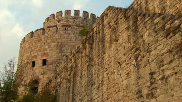 vidéos et rushes de sequence showing the fortified walls of constantinople in istanbul. - istanbul