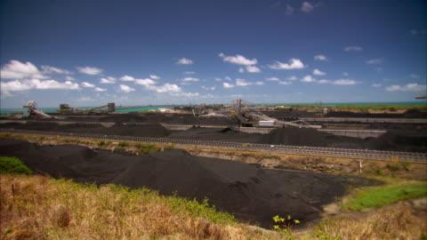 vidéos et rushes de sequence showing the hay point services coal terminal. - mine de charbon