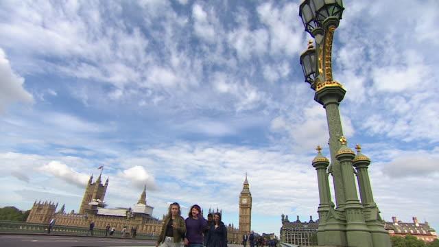 vídeos y material grabado en eventos de stock de sequence showing the houses of parliament westminster bridge and statue of boadicea london uk nnbz103t ae number absa627d - casas del parlamento westminster