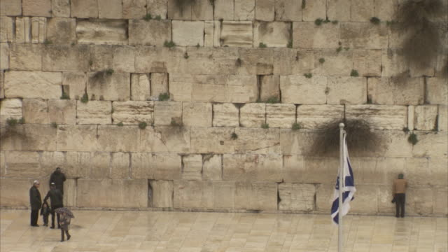 sequence showing the israeli flag flying in front of the western wall in jerusalem. - historical palestine stock videos & royalty-free footage