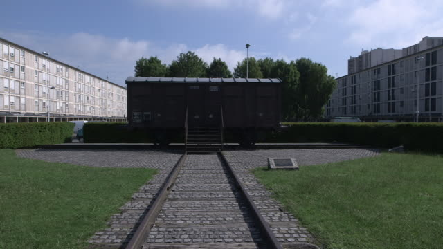 stockvideo's en b-roll-footage met sequence showing the memorial to the deportation at drancy, which commemorates the jews interned at and deported from drancy during wwii, ile-de-france. - westers schrift