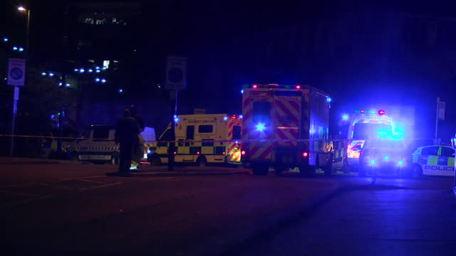 vídeos de stock e filmes b-roll de sequence showing the police and ambulance services responding to the manchester arena suicide bombing on the 22nd may 2017 manchester uk - luz de sirene