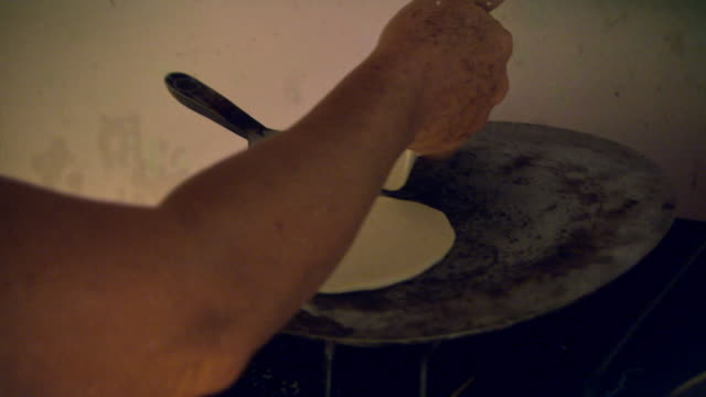 sequence showing the process for making tortillas, honduras. - 中央アメリカ点の映像素材/bロール