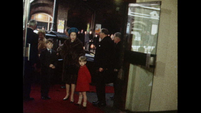 sequence showing the royal family boarding the royal train at liverpool street station - ヨーク公 アンドルー王子点の映像素材/bロール