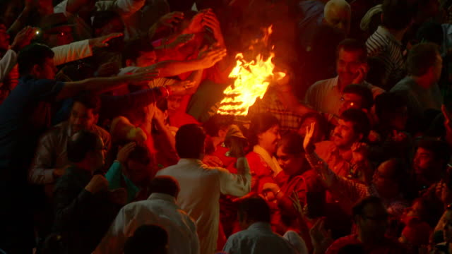 stockvideo's en b-roll-footage met sequence showing the use of light and fire during the nightly ganga aarti ceremony on the banks of the upper ganges, haridwar, uttarakhand, india. - ceremonie