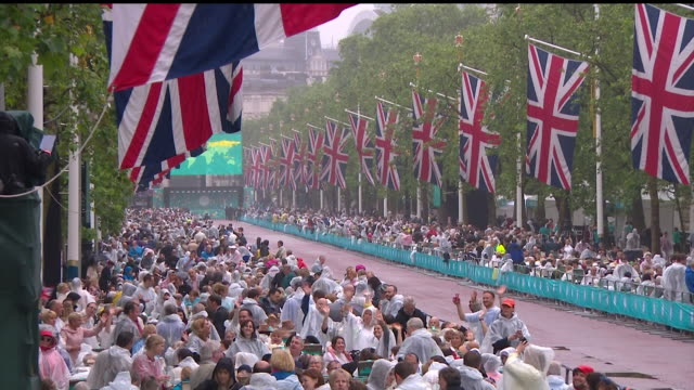 "sequence showing thousands of people attending the ""patron's lunch"" on the mall to celebrate the queen's 90th birthday. - queen's birthday stock videos & royalty-free footage"