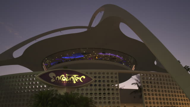 sequence showing two views of the encounter restaurant housed in the theme building los angeles international airport california usa fkax253n clip... - teil einer serie stock-videos und b-roll-filmmaterial