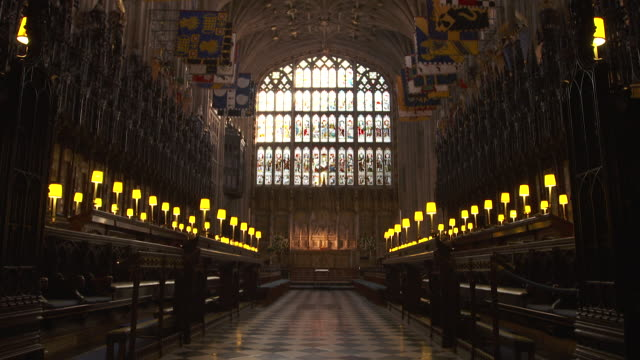 vídeos de stock e filmes b-roll de sequence showing two views of the interior of st george's chapel the quire and the nave at windsor castle berkshire uk fkau104l clip taken from... - berkshire inglaterra