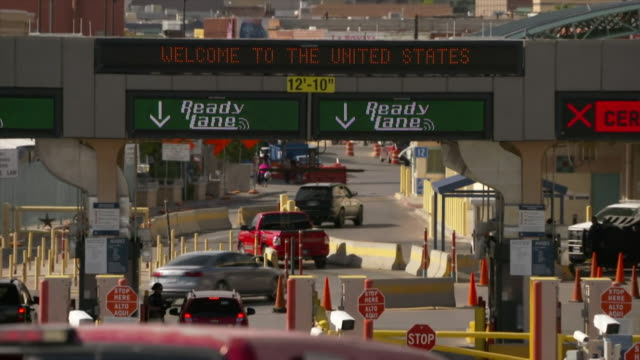 sequence showing vehicles entering immigration control at the us border in el paso texas - zoll und einwanderungskontrolle stock-videos und b-roll-filmmaterial