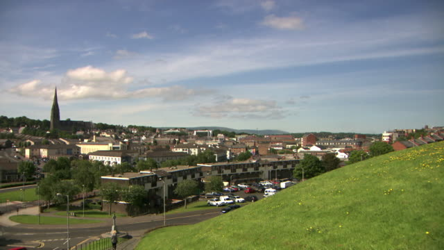 sequence showing views of the bogside and its relation to londonderry/derry's fortified city walls, northern ireland. - derry northern ireland stock videos & royalty-free footage