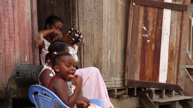 sequence showing young families in tumaco a city at the centre of columbia's cocaine production - america del sud video stock e b–roll