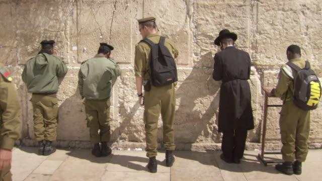 sequence showing young soldiers visiting the western wall, jerusalem. - israelisches militär stock-videos und b-roll-filmmaterial