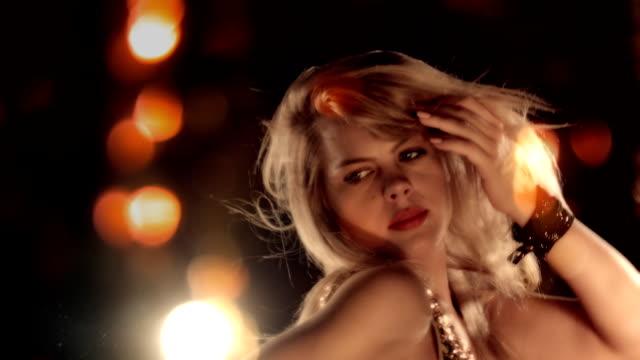 HD-Sequenz Vegas Nachtleben. Sinnliche Blondine, tanzen