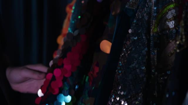 stockvideo's en b-roll-footage met sequin drag costumes - kledingrek