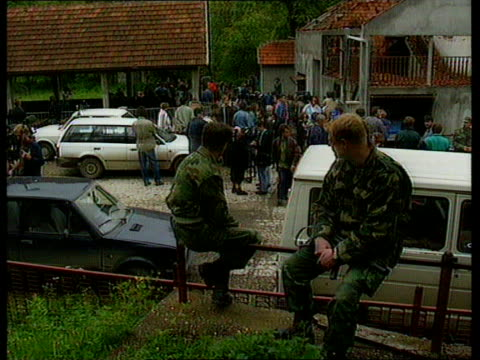 vidéos et rushes de serb massacre evidence; bosnia- herzegovina press convoy of vehicles along road towards track back gv wrecked buildings along road side track... - bosnie herzégovine